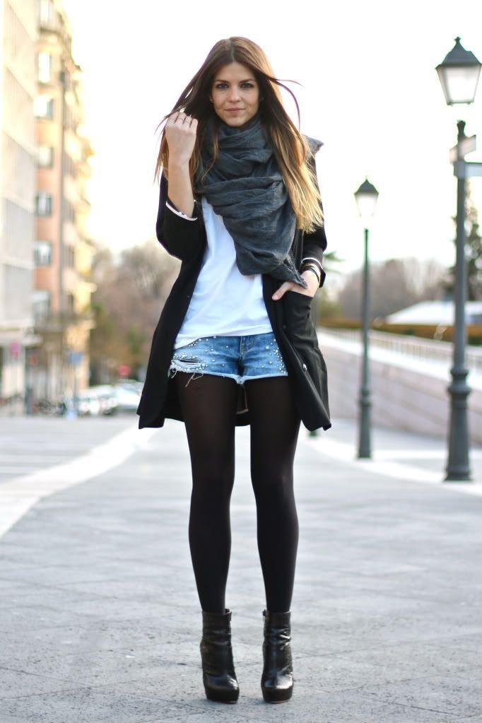 Новая мода на короткие джинсовые шорты поверх черных колготок, как 10 лет назад